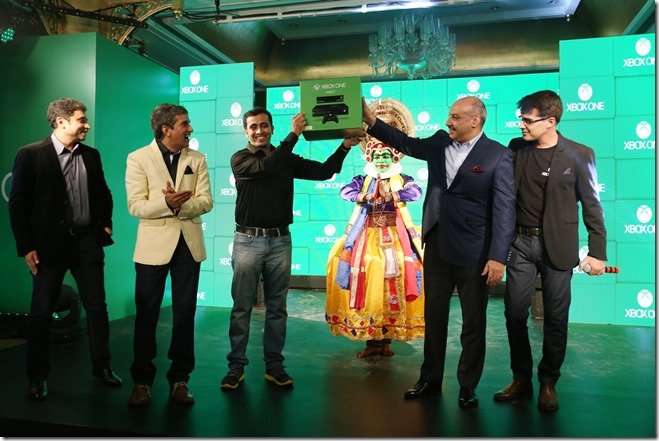 Karan-Bajwa-Managing-Director-Microsoft-India-hands-over-the-very-first-pre-order-Xbox-One-conso.jpg